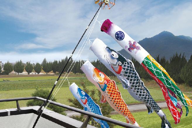 もはや主流の「ベランダ用鯉のぼり」は手軽なのに立派に飾れる!