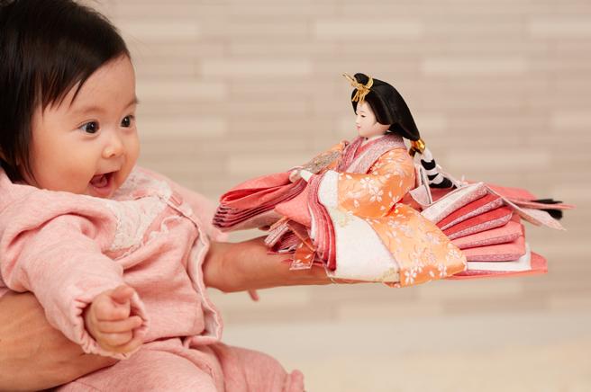 雛人形は女の子のお祝いの為!でも誰が買うものなのか?