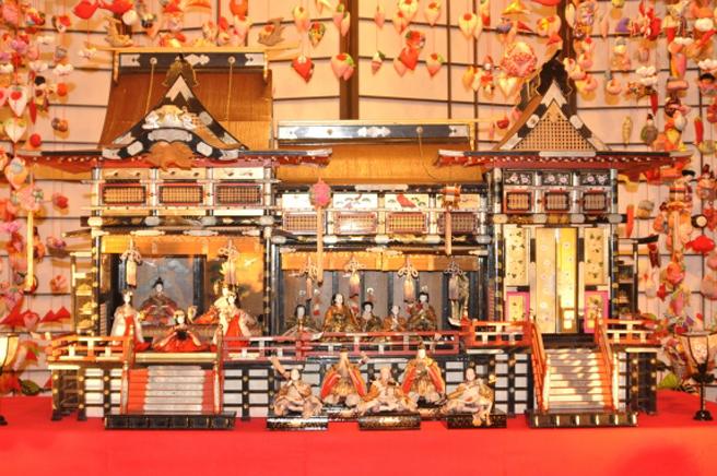 「御殿飾り」は京の御所・紫宸殿(ししんでん)を模しています