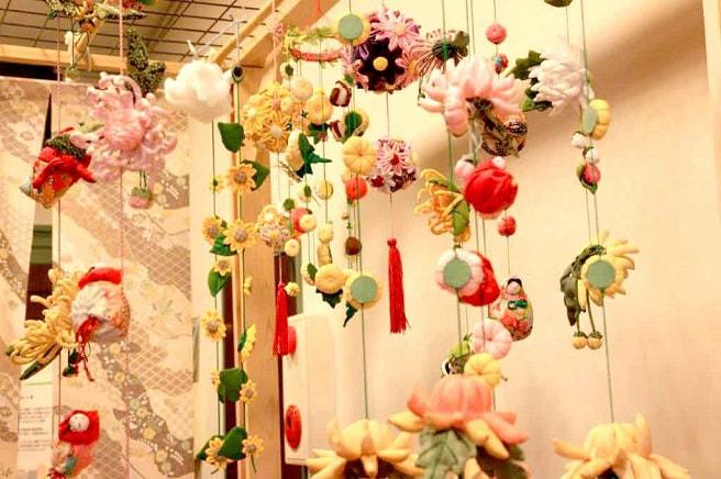 つるし雛は上から吊るすユニークな種類の雛飾り