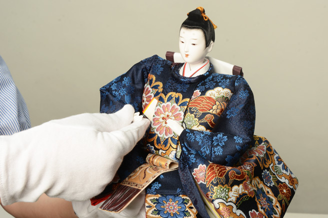 雛人形の片付け方は「慎重」に「丁寧」に。東玉の雛人形にはケア用のまごころセットが付いています