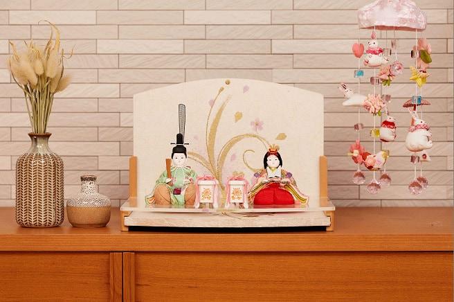 ひな祭りの飾り付けは雛壇を中心に、お花 やお衣装、お部屋の飾り付けも
