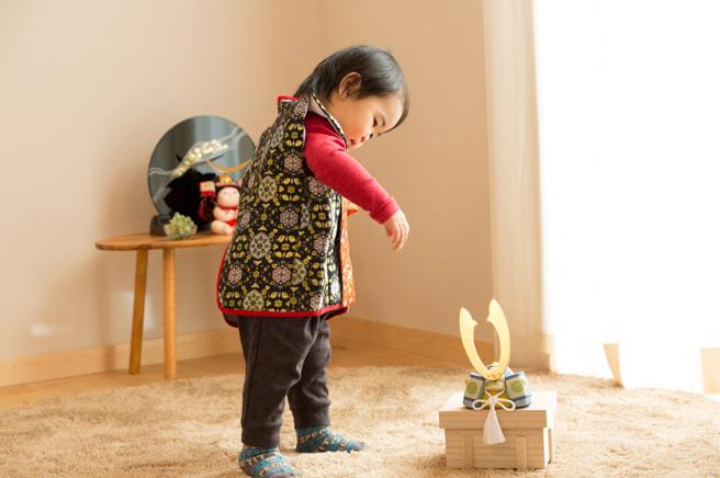 端午木目込人形・兜飾りと男の子の初節句風景