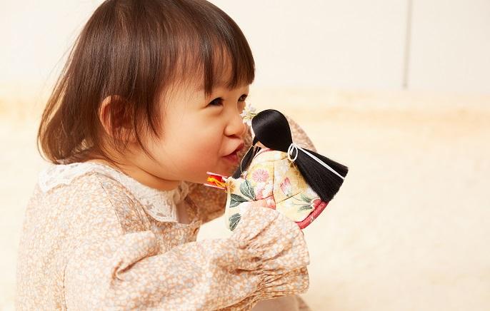 ひな人形と幼児